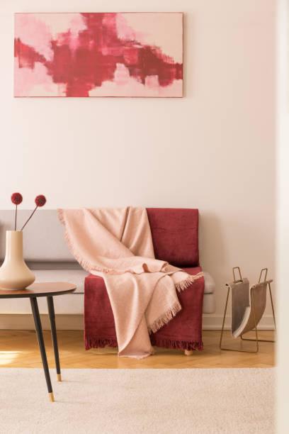 abstrakte malerei auf die leere weiße wand elegantes wohnzimmer mit grauen couch mit pastell rosa und burgund decken - zeitschrift wandkunst stock-fotos und bilder