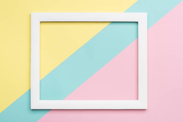fond de papier texture minimalisme en couleurs pastel abstrait. minime géométrique composition des formes et des lignes avec cadre d'image vide. - fond multicolore photos et images de collection