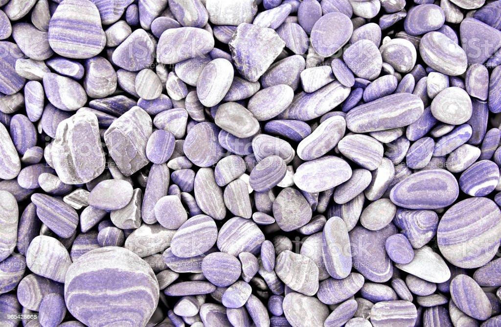 Abstrait violet pierres rondes sec. À la plage. Cailloux de mer et le style de gravier. Vue de dessus. Bouchent. - Photo de Abstrait libre de droits