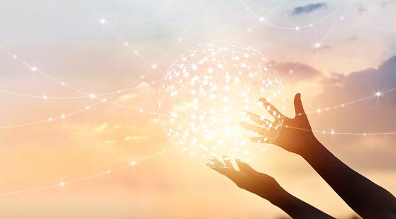 抽象的科學圈全球網路連接在雙手上日落背景 照片檔及更多 Connect the Dots - 英文諺語 照片