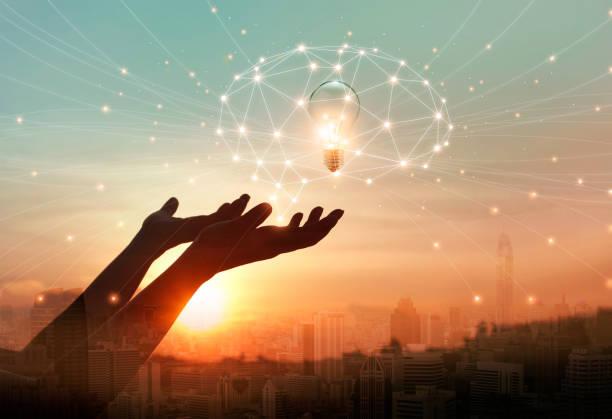 abstrakte wissenschaft. hand hält gehirn digitalnetz und glühbirne im inneren zur vernetzung von verbindung in die stadt-hintergrund. idee und phantasie. kreative und inspiration. innovationstechnologie - durchblick stock-fotos und bilder