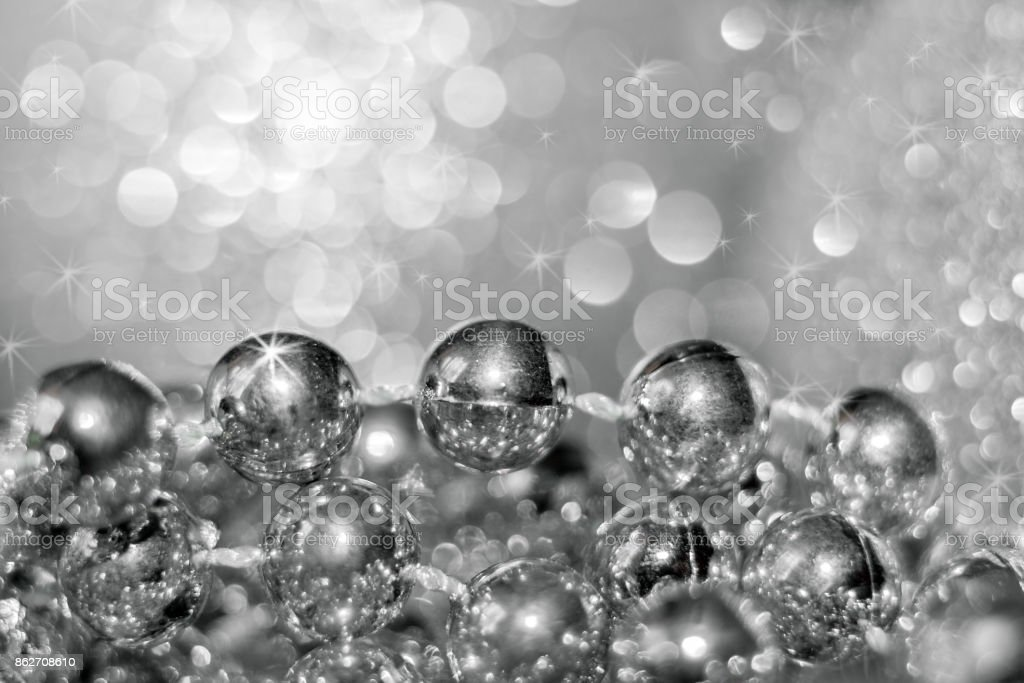 Abstract silver christmas black and white background with soft focus. Thread with round beads and beautiful bokeh. - foto stock