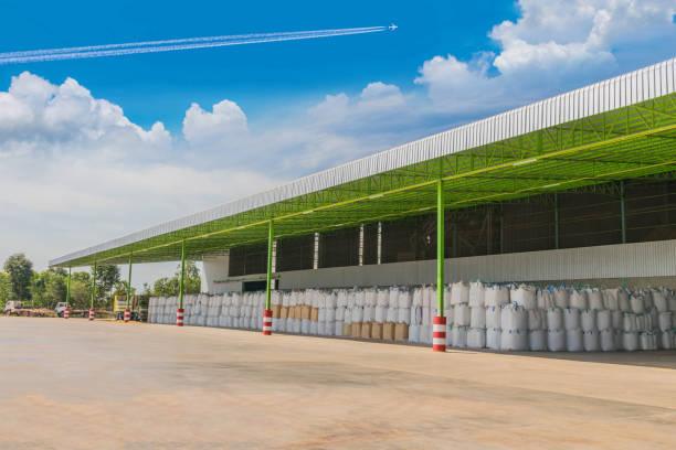 weichzeichner trockenverfahren braun paddy-reis-saatgut zu abstrahieren und ihrer eindämmung paddy riceseed in einen großen beutel mit den schönen himmel und wolke in thailand. - windbeutel stock-fotos und bilder