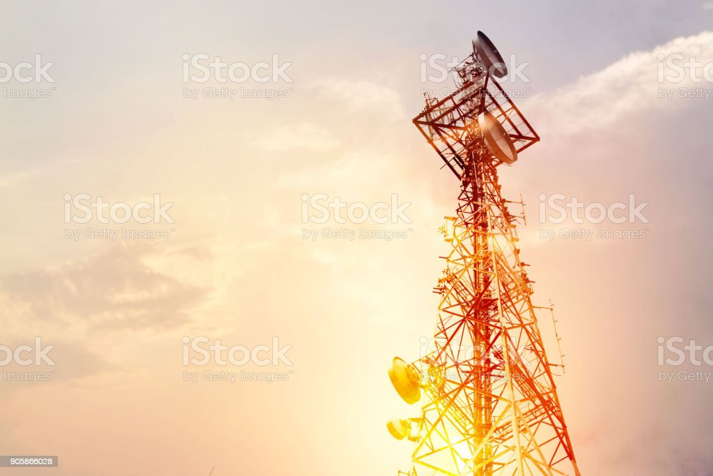 Abstract telecommunication tower Antenna and satellite dish at sunset sky background - Foto stock royalty-free di Affari
