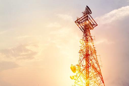 Abstract Telecommunication Tower Antenna And Satellite Dish At Sunset Sky Background - Fotografie stock e altre immagini di Affari