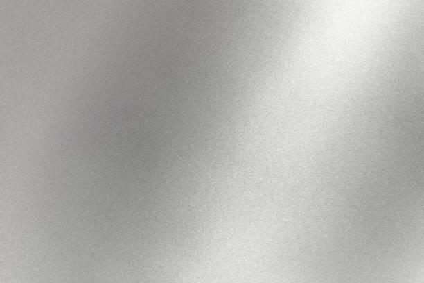 абстрактный текстурный фон, свет, сияющий на серой металлической стене - блестящий стоковые фото и изображения