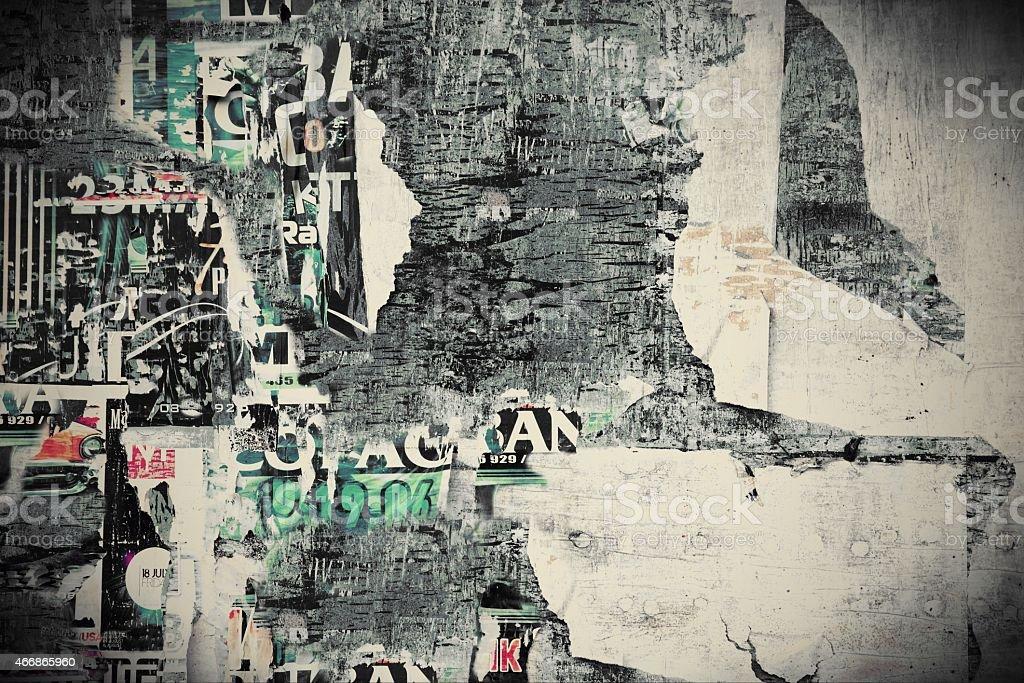 Panneau d'affichage avec vieux déchiré des affiches - Photo