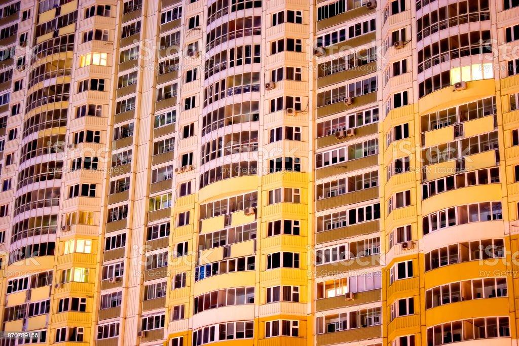 Backgroubf urbano abstrato: moderno apartamento residencial casa nova em Moscou durante a noite. Pode ser usado como um papel de parede ou pano de fundo. - foto de acervo