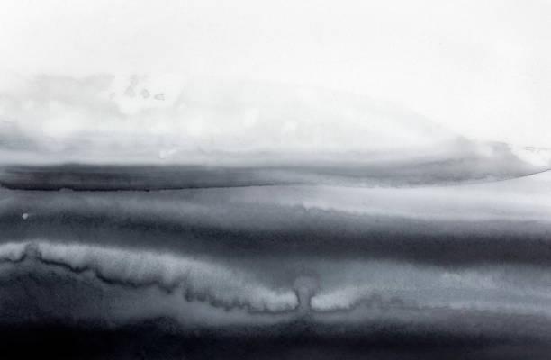 abstrakter aquarellhintergrund mit schwarz-weißen monochromen markierungen, streifen und strichen. hand bemalt wasser farbe grunge zeichnung auf weiß. kreative kulisse für design, poster, rahmen, komposition. - gothic bilder stock-fotos und bilder