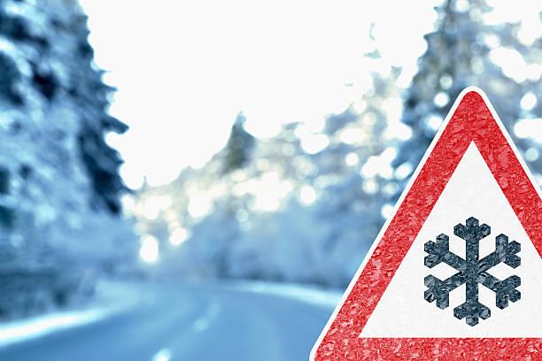 Abstract Winter Hintergrund mit Warnung Schild fahren – Foto