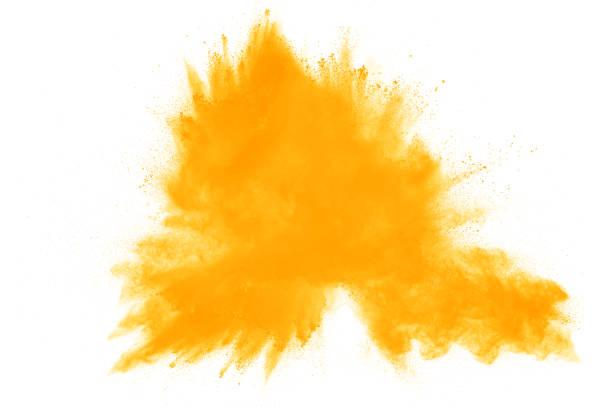 explosión de polvo amarillo abstracto sobre fondo blanco. polvo amarillo abstracto salpicaduras sobre fondo blanco. congelar movimiento de salpicaduras de polvo amarillo. - amarillo color fotografías e imágenes de stock