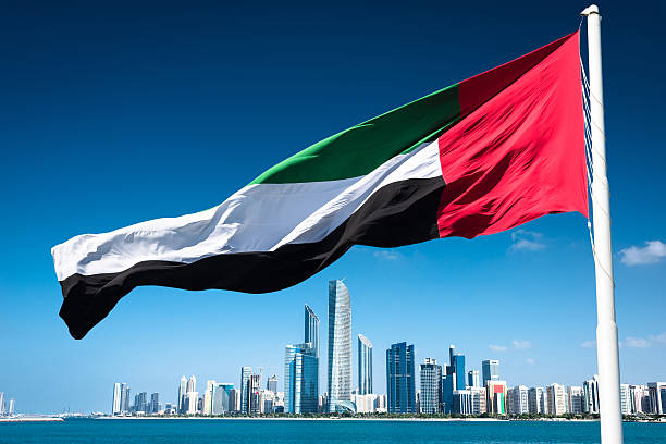 abu dhabi skyline waterfront - uae flag 뉴스 사진 이미지