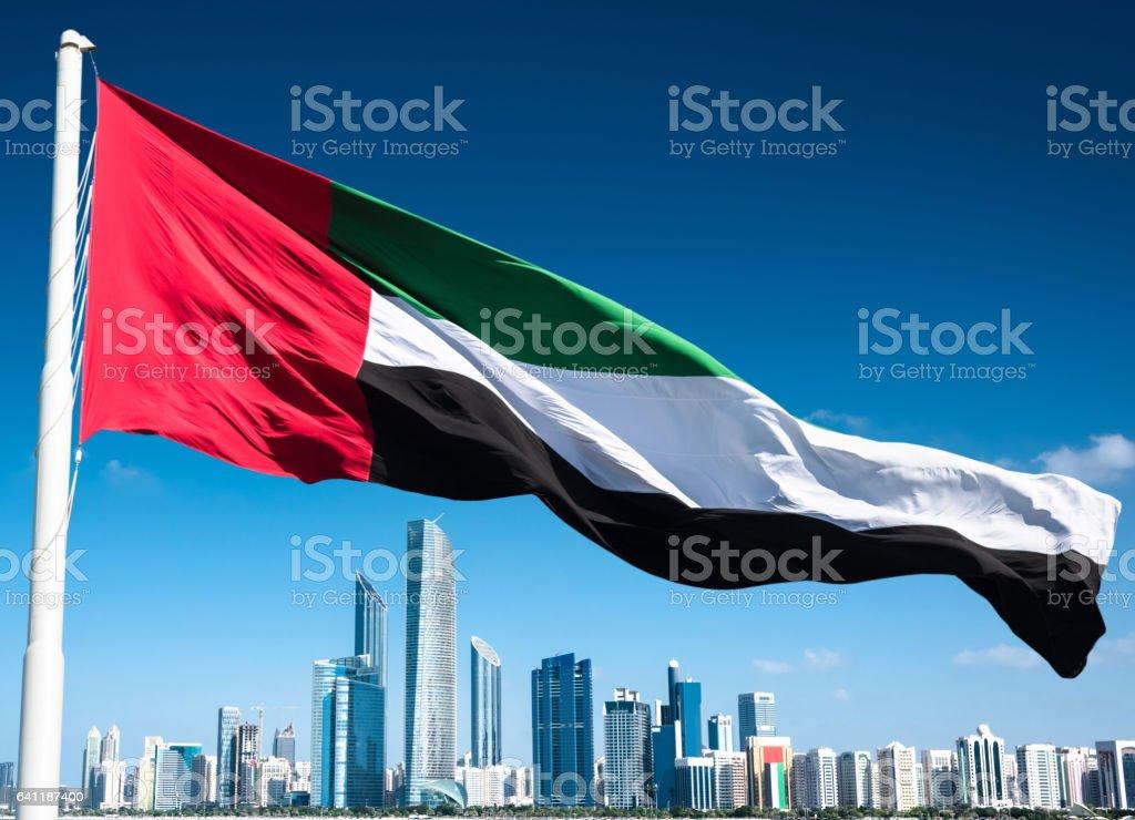 아 부 다 비 아랍 에미리트 플래그와 함께 스카이 라인 - 로열티 프리 0명 스톡 사진