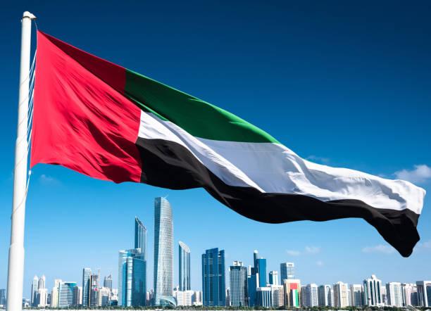 abu dhabi skyline with uae flag - uae flag zdjęcia i obrazy z banku zdjęć
