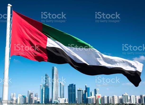 아 부 다 비 아랍 에미리트 플래그와 함께 스카이 라인 0명에 대한 스톡 사진 및 기타 이미지