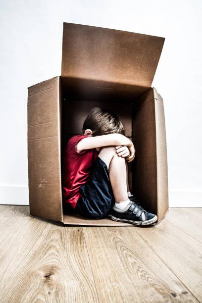 missbrauchte geknickte Kind weinen, suchen nach Hilfe von Mobbing Kindheit – Foto