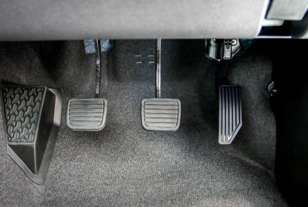 acelerador, el pedal del freno y el pedal del embrague del coche de cambio manual - pedal fotografías e imágenes de stock
