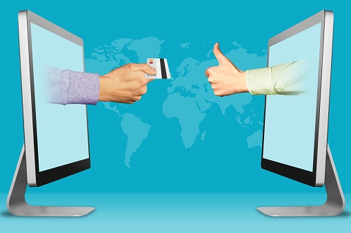Accept Credit Cards Concept Two Hands From Laptops Hand With Credit Card And Thumbs Up Like 3d Illustration — стоковые фотографии и другие картинки Большой палец руки