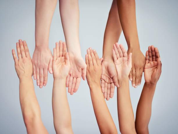 acceptance is in the hands of all of us - mano donna dita unite foto e immagini stock