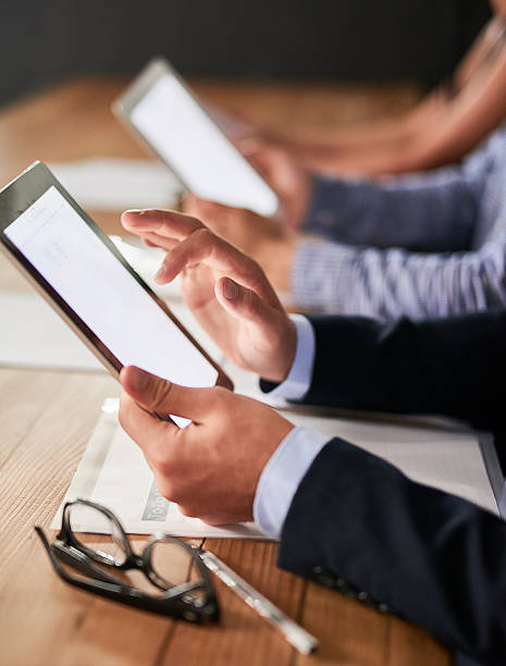 zugriff auf die business-netzwerk mit einer berührung - tablet mit displayinhalt stock-fotos und bilder