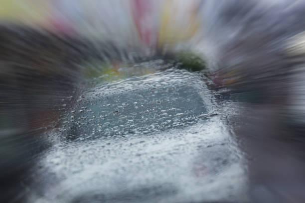 unfall auto crash verkehrsstraße im regnerischen nacht, abstrakte bildhintergrund weichzeichnen - gewicht schnell verlieren stock-fotos und bilder