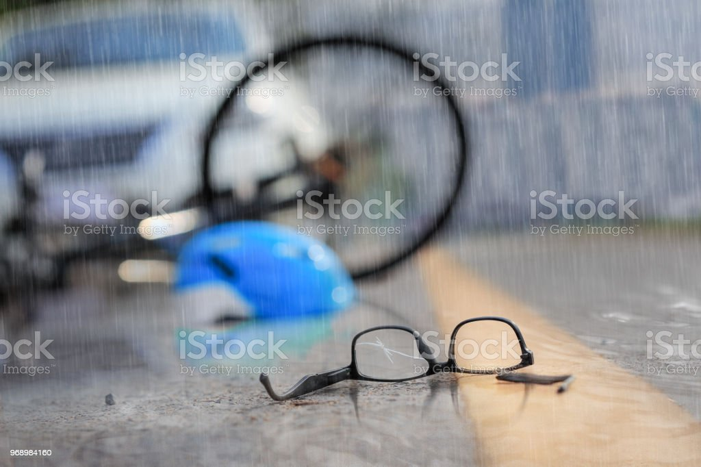 Unfall Auto Crash mit dem Fahrrad unterwegs bei Regenwetter – Foto