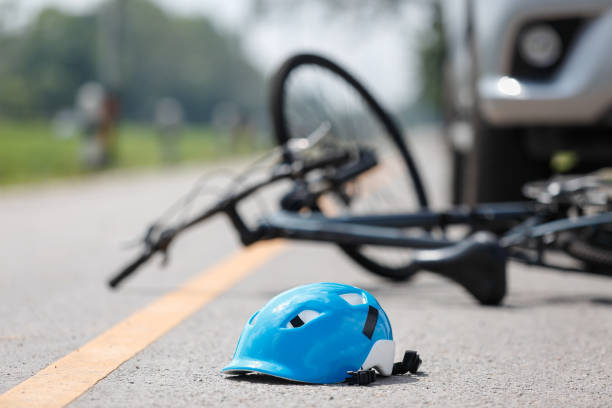 Accident car crash with bicycle on road - foto stock