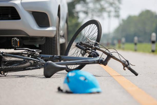 incidente auto in auto con bicicletta su strada - ciclismo foto e immagini stock