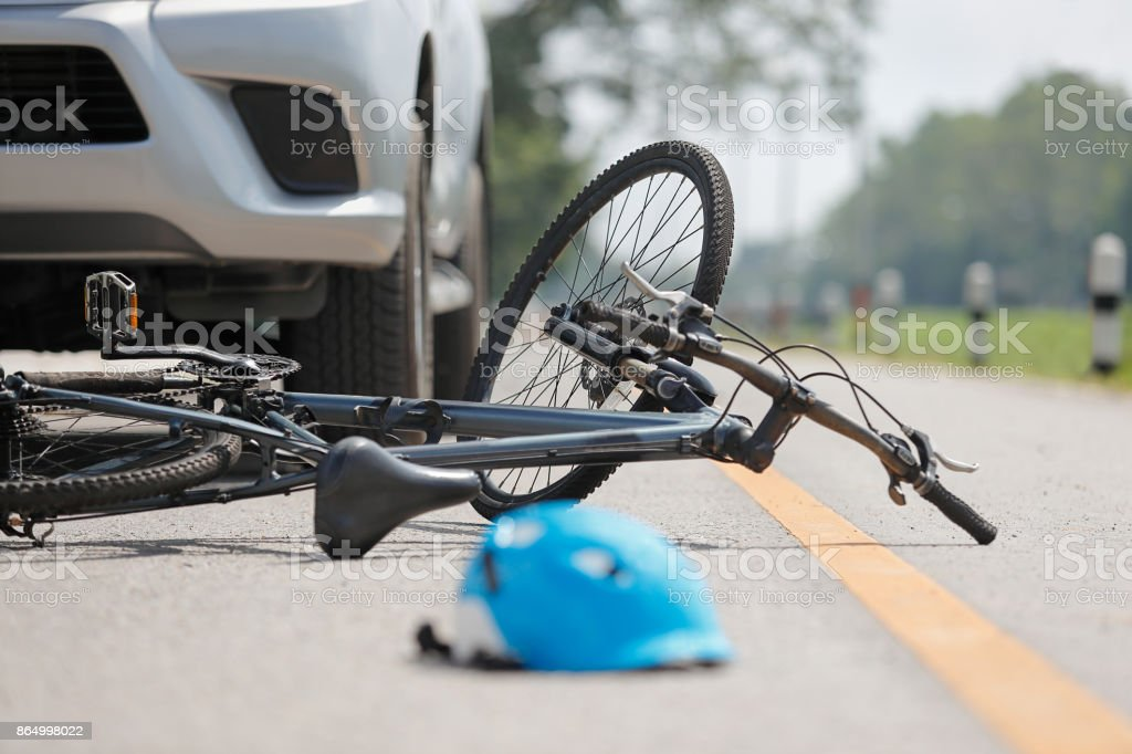 Accidente de tráfico accidente con bicicleta en carretera - foto de stock