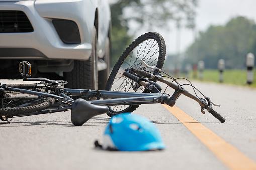Accidente De Tráfico Accidente Con Bicicleta En Carretera Foto de stock y más banco de imágenes de Accesorio de cabeza