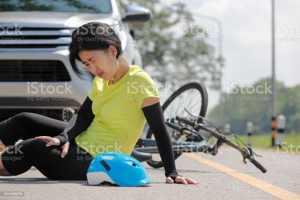 Accident de voiture accident avec vélo sur route - Photo