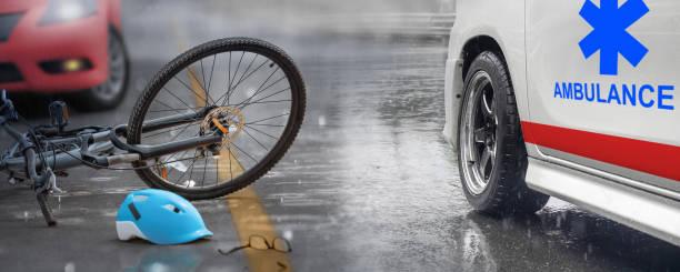 Unfall mit Auto mit Fahrrad unterwegs, regnerischer Tag – Foto