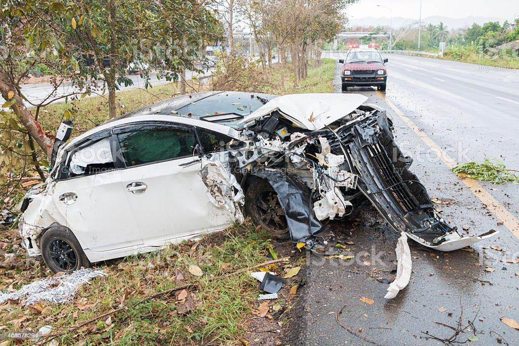 Unfall Auto Unfall auf der Straße mit Baum – Foto