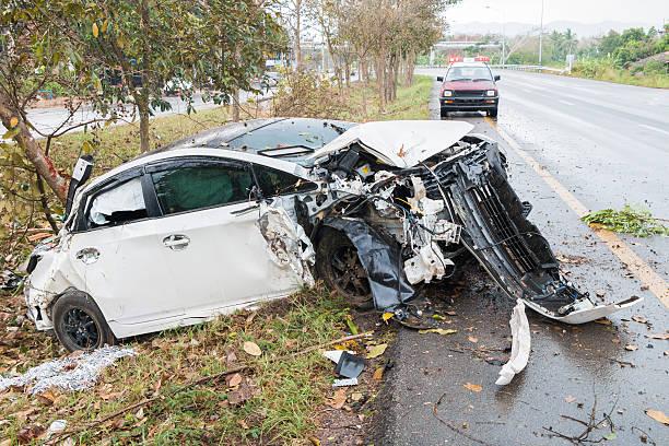 unfall auto unfall auf der straße mit baum - flip flops reparieren stock-fotos und bilder