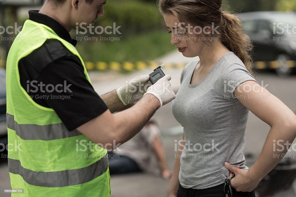 Accident perpetrator during breathalyzer test - Foto de stock de Accidente de automóvil libre de derechos