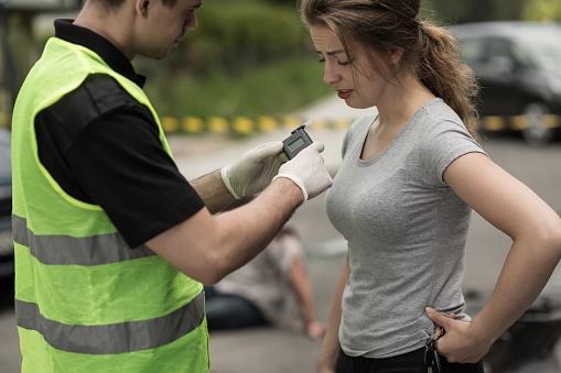 Accident Perpetrator During Breathalyzer Test Foto de stock y más banco de imágenes de Accidente de automóvil