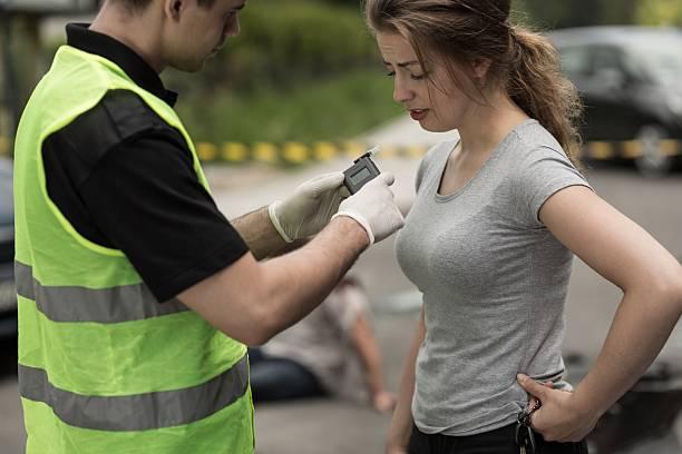 accident perpetrator during breathalyzer test - bafometro - fotografias e filmes do acervo