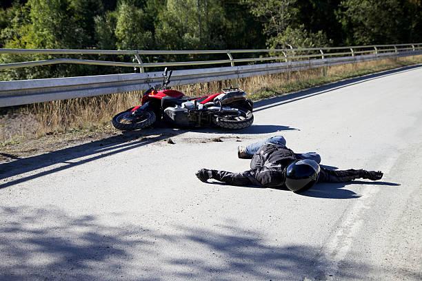 Acidente com motocicleta - foto de acervo