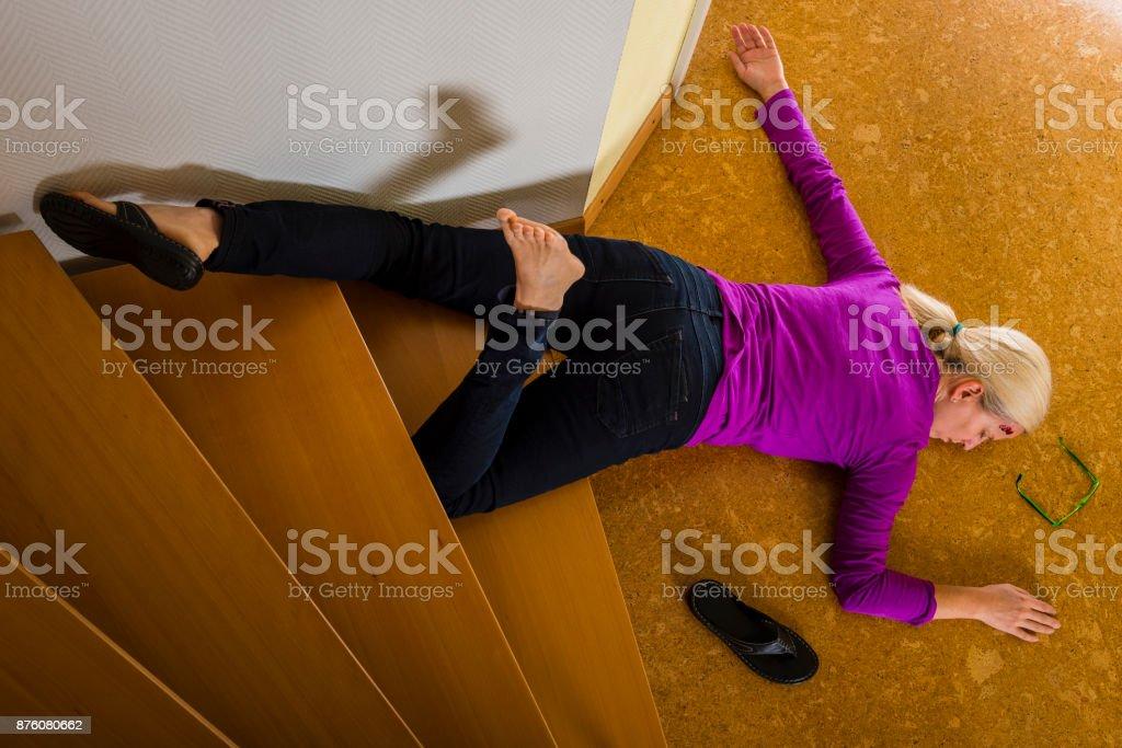 Fotografía de Accidente Mujer Cayendo Por Las Escaleras En Casa y ...