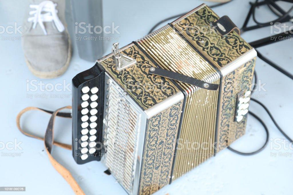 jugador del acordión al aire libre - foto de stock
