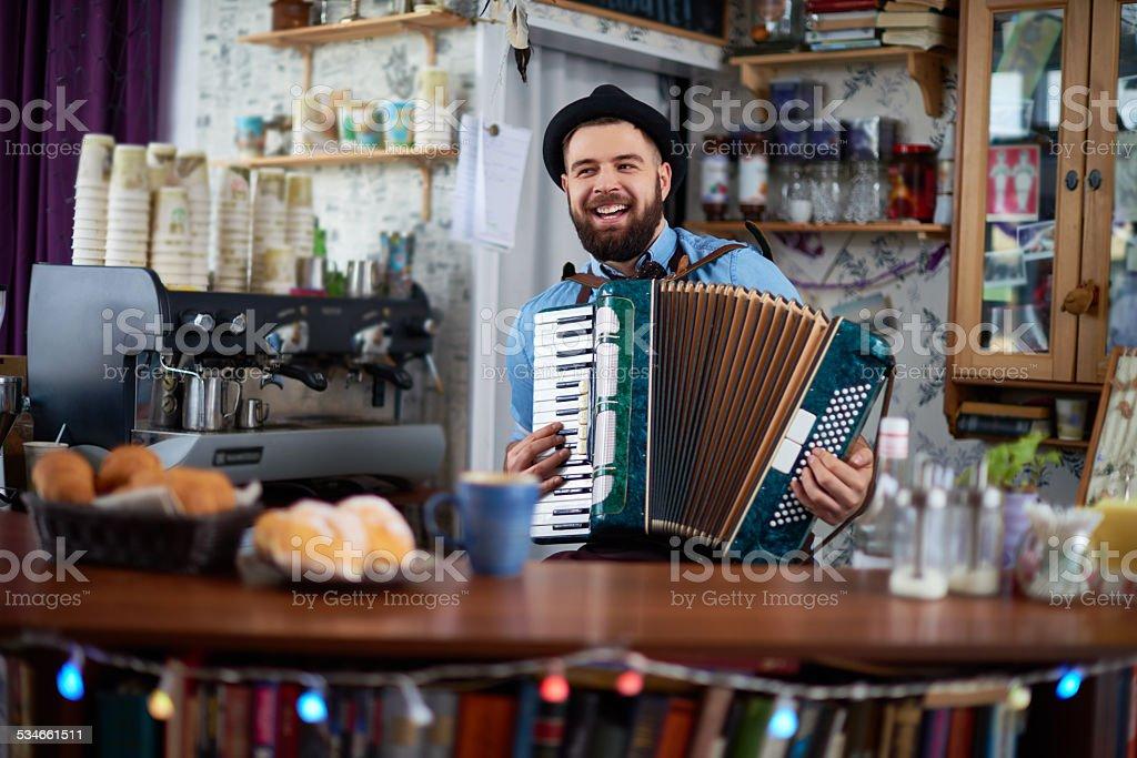 Akkordeonspieler an bar – Foto