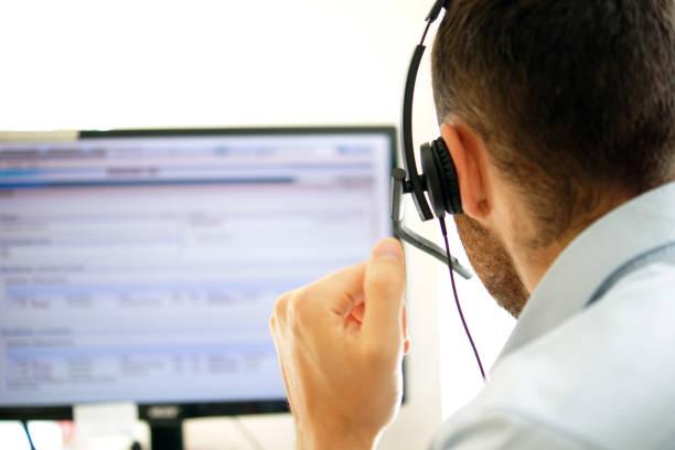 gestionnaire de compte dans un centre d'appels - maintenance informatique photos et images de collection