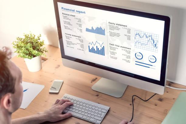 Bilanzbuchhalter analysiert Finanzbericht auf Computerbildschirm im Büro, Geschäftsdokument mit Daten wie Bilanz, Gewinn- und Verlustrechnung, Unternehmensstrategie, Wirtschaftsprüfung – Foto