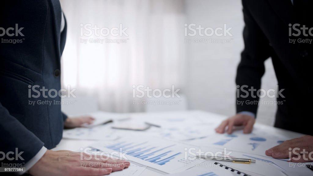 Buchhalter und Chef Planung Finanzstrategie für nächstes Jahr Angebot und Nachfrage - Lizenzfrei Anzug Stock-Foto