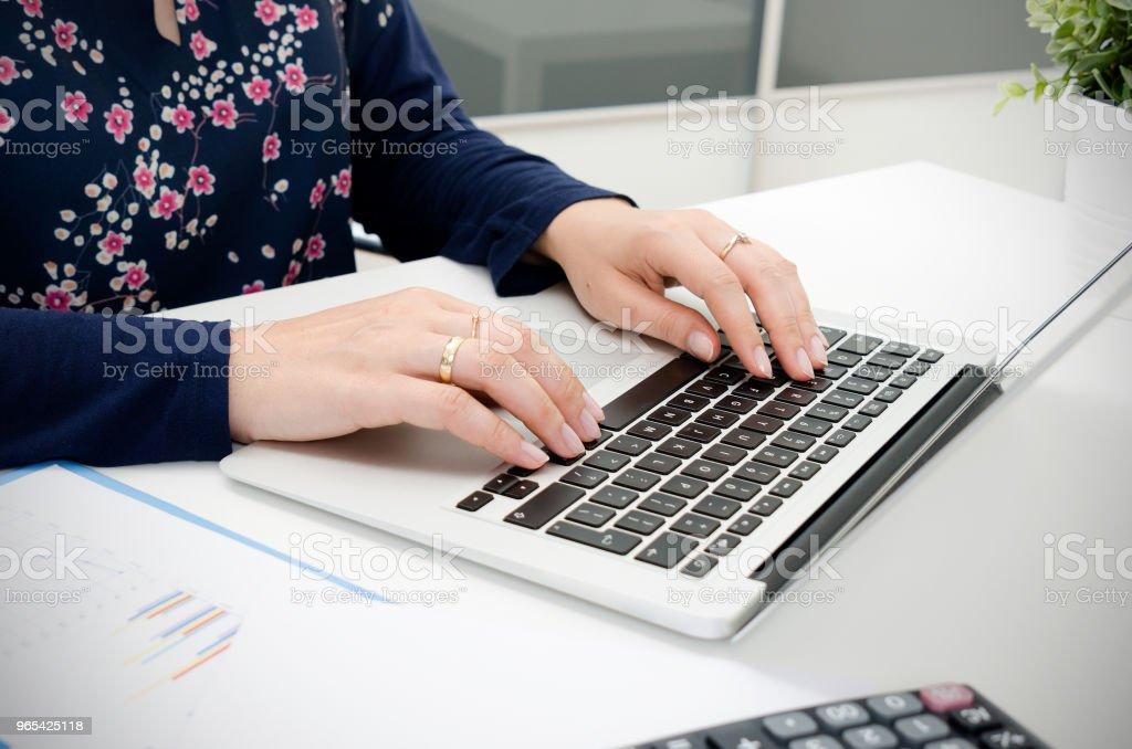 會計計算稅, 與筆記本電腦一起工作。 - 免版稅一個人圖庫照片