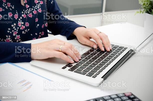 Księgowy Liczy Podatek Współpracuje Z Laptopem - zdjęcia stockowe i więcej obrazów Biurko