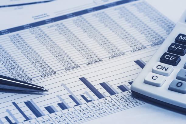 rechnungswesen, dass banker bank aktie tabelle bankdaten mit stift und taschenrechner in blauen analyse analyzer berechnungen - tabellenkalkulation stock-fotos und bilder