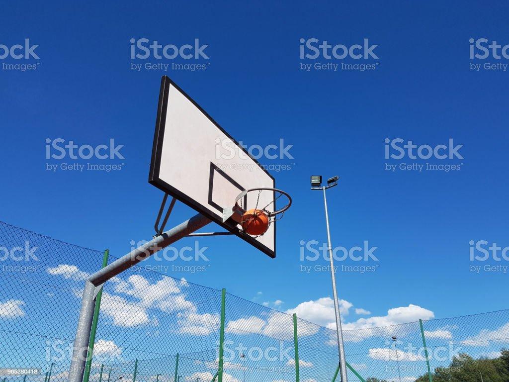 정확 하 게 공 던져 경기장 야외에서 농구 링에 화창한 맑은 날에. - 로열티 프리 0명 스톡 사진