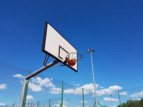 정확 하 게 공 던져 경기장 야외에서 농구 링에 화창한 맑은 날에 0명에 대한 스톡 사진 및 기타 이미지