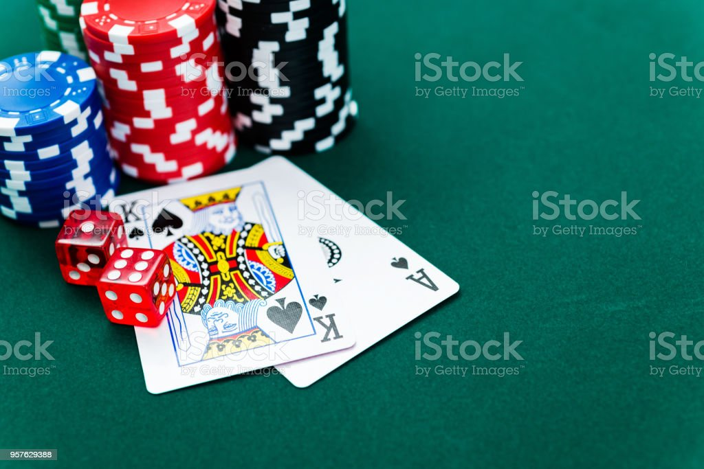 Ace and king of spades with poker chips – zdjęcie
